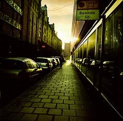 Koksgatan (Okonsten) Tags: film sol analog foto stockholm hasselblad stad färg vår söder koksgatan powmerantusenord