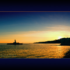 Golds and blues :: No HDR (Salva Mira) Tags: blue sunset sea lighthouse azul reflections faro gold mar puestadesol blau kdd far reflexos reflejos dorado postadesol solarenergy energiasolar paísvalencià lavilajoiosa daurat capvespre qdd energíasolar salvamira eixidetes eixidetespelpaísvalencià