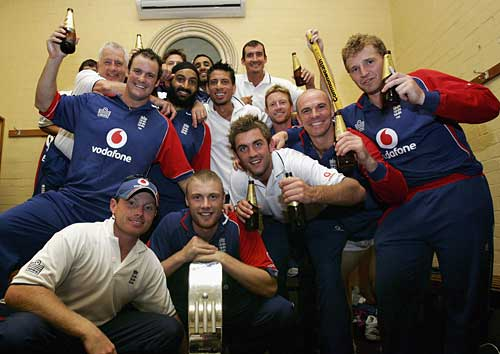 The victorious Englishmen celebrate with the trophy-Australia vs England 2nd final SCG CB series 2007