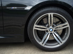 2009 BMW M6, Michelin PS2 285/35R19 99Z (SoulRider.222) Tags: black reflection wheel closeup nikon afternoon discbrake chrome bmw 100 ps2 m6 michelin v10 s50 6series bmwm6 blackcar whileriding madeingermany vanos michelintires 7speed ventilateddiscbrake pilotsport pilotsport2 coolpixs50 nikoncoolpixs50 michelinpilotsport michelinpilotsport2 40valves 19inchwheel reflectionoffacar ventedrotor 205mph 40valve michelinps2 2009bmw minimum100views ventilateddisc ventedbrakes ventilatedrotor them6hasapowerbuttonthatmodifiesthethrottleresponsefromignitionthecardelivers399hpbutengagingthebuttonallowsafull500hp s85b50engine 50lv10507hp7750rpm384lbfttorque6100rpm 7speedsmgiiigearbox mahlemotorsport mahlemotorsportoilcooledforgedaluminumpistons vanostimingvalves doublevanostimingvalves michelinpilotsporttires 19inchrim michelinpilotsport2tires 2009bmwm6 2009m6 19x950 28535r1999z 28535r19 19x95028535r1999z