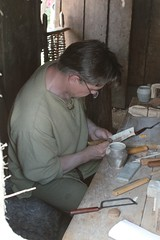 Stefan Schloßbauer von Opinn-Skjold arbeitet am Kamm in Haithabu 19-07-2009