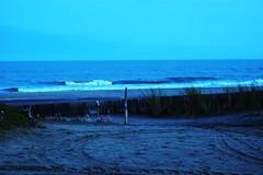 La vida viene en olas como el mar, en un vaiven infinito.... (pauliten) Tags: blue azul mar paz olas gesell tranquilidad observar