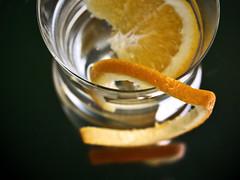 ...con naranja. (Inmacor) Tags: orange water agua reflejo cristal naranja vaso bebida cruzadas mywinners abigfave platinumphoto ltytr2 ltytr1 ltytr3 ltytr4 ltytr5 inmacor