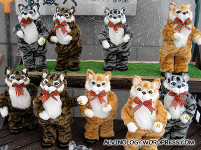 Dancing toy cats outside a 1000 yen shop