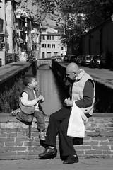 Raccontami una storia (Xelisabetta) Tags: bw blackwhite lucca nonno nipote xelisabetta elisabettagonzales settimana112009romamor