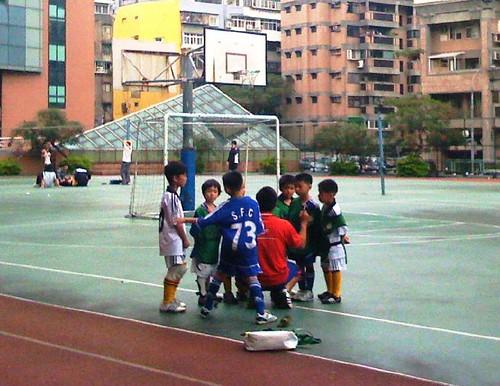 Children playing soccer 008 綠隊還有加油加油很有FU