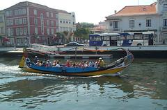 Barca o barco en Aveiro (ReservasdeCoches.com) Tags: portugal rio agua foto barcos fotos barcas turismo ria imagen aveiro moliceiro moliceiros reservasdecochescom