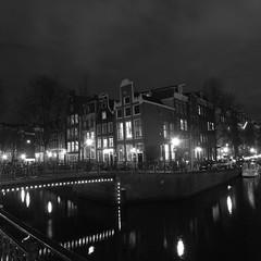 Leidsegracht y Prinsengracht (Rafael García Márquez マドリード) Tags: longexposure bw amsterdam night nightexposure gx200 exposiciónnocturna ricohgx200