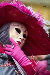 Lady in Rose .... (Monsieur Nounou) Tags: red france flower grey costume dress mask feather 54 carneval ladyinred longwy meurtheetmoselle nikond90 carlzeiss85mm14 venicecostume