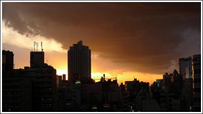 池袋の怪しい雲と夕焼け