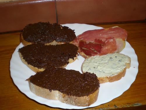 Tapa del vestuario, morcilla, queso de Valdeón y jamón con tomate