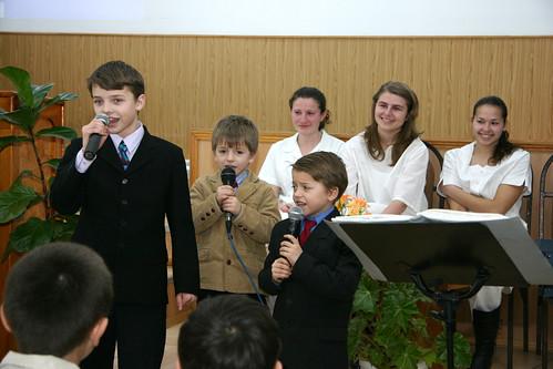 """Copiii lui Petru şi Viorica Brăgaru cântă la primul botez al Bisericii """"Bunavestirea"""" din Chisinau"""