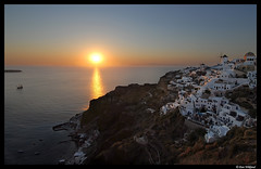 Sunset - Greek style (Dan Wiklund) Tags: sunset seaside hellas santorini greece oceanside caldera d200 oia thira 2007 urbanlandscape mediterrenean calderarim lpbright