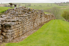 La muralla de Vindolanda / The walls of Vindolanda (SBA73) Tags: uk inglaterra england muro history archaeology ruins roman unitedkingdom fort stones romano celtic mur hadrian frontera historia adriano limes romanempire frontier hadrianswall romans vindolanda britannia romanos reinounido arqueologia grenze fuerte pedres rom castra hadrianus anglaterra regneunit murus chesterholm hadri excavaci