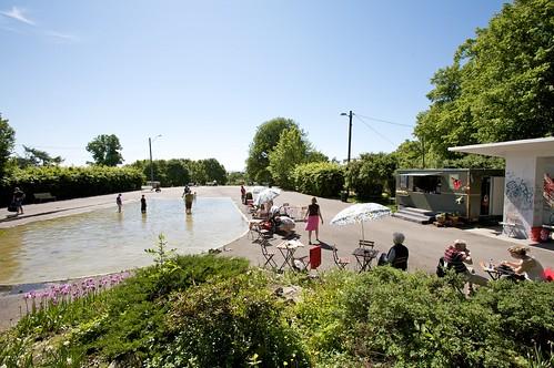 Stensparken er en fredelig park der både små og store kan kose seg ved bassenget eller på det grønne gresset.