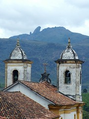 Scenery (Andria Solha) Tags: roof brazil mountain minasgerais church nature arquitetura brasil architecture arquitectura scenery minas gerais natureza faith hill iglesia igreja fingerofgod baroque colina cenrio telhado montanha ouropreto f barroco barroca dedodedeus itacolomy andriasolha acsolha