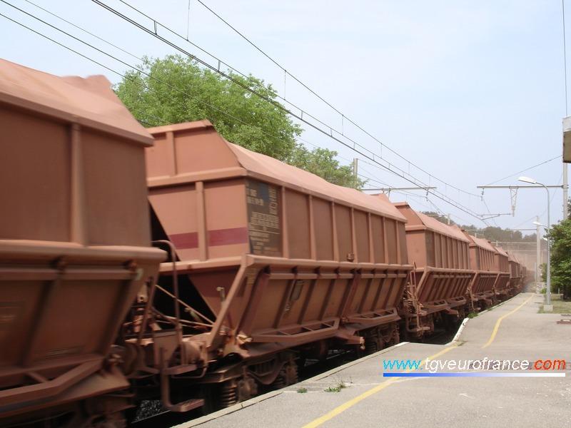 Vue d'un long convoi de wagons minéraliers chargés de bauxite &agrave Saint-Chamas