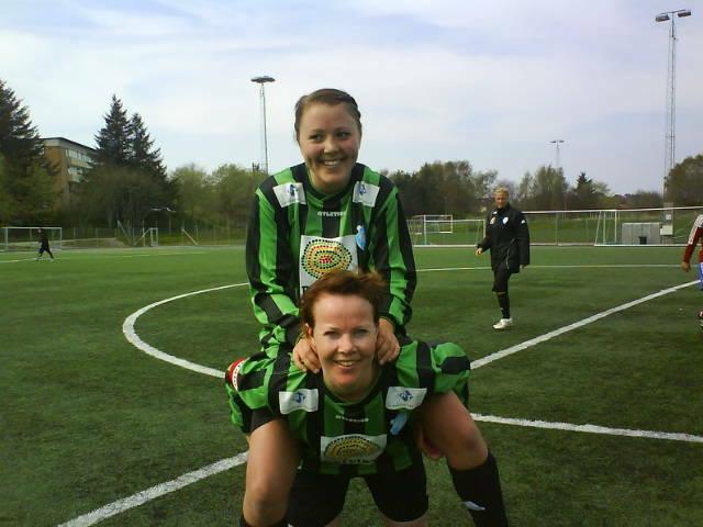 Målskårerne: Siri Danielsen på ryggen til Linn Anita Larsen. MMS: Line Brekke