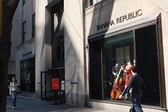 BANANA REPUBLIC STORE at Rockefeller Center #2 (RYO@flickr) Tags: nyc newyorkcity building geotagged rockefellercenter bananarepublic ryoflickr ef28mmf18usm eoskissx2 newyork2009 20090307