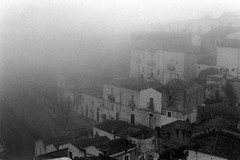 memory (OCChiOT3RZO) Tags: italien bw italy house fog mediterraneo italia noir nebel minolta bn nebbia nero puglia niebla brouillard biancoenero sud santangelo apulia sumu sanmichele gargano pellicola  d40 montesantangelo suditalia minoltadinax40 occhioterzo occhiot3rzo