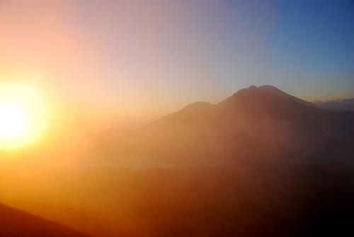 日出中的阿貢山(Gunung Agung)