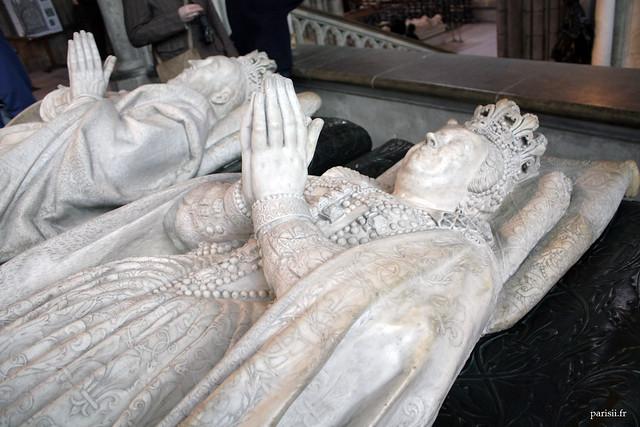 Les gisants de Catherine de Médicis et Henri II sont particulièrement détaillés