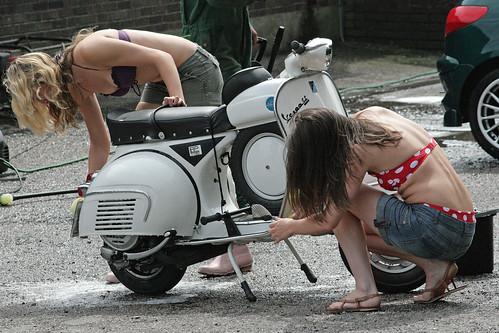 Mulher Lavando moto, gostosa lavando scooter, babe bike wash