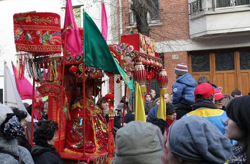 Beaucoup de gens viennent brûler de lencens et taper sur le gong