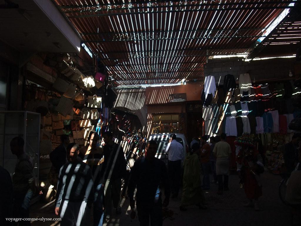 Les ruelles du souk sont protégées de la lumière directe du soleil par des claies
