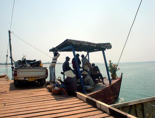 24.乘客們躲在「艦橋」的小小屋頂下