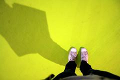 _ Mi color... (sara schmetterling) Tags: light verde luz luces design milano ombra sombra converse pies luci 2009 settimana piedi luce saloni euroluce