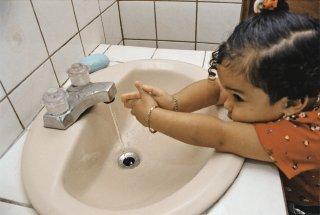 Niña  lavandose las manos