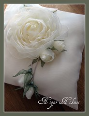Kurdele Güller (nigarhikmet) Tags: flowers roses white flower rose canon handmade embroidery türkiye cream silk craft pillow ribbon bridal lint gül soe whiteonwhite gul elişi desing yeşil weddingideas ribbonrose ribbonembroidery ringpillow silkrose kurdela silkribbonembroidery sakarya supershot carms ribbonwork ribbonflowers weddingaccessories ribbonroses akyazı kurdele sulampita nigarhikmet odemisipegi kurdelenakisi ödemişipeği kurdelanakisi lintborduren kurdelenakışı lintwerk lintborduurwerk zijdelintborduren szalaghímzés 带刺绣 панделкабродерия kaspinassiuvinėjimas fitabordado リボン刺繍 sulamanpita 帶刺繡 شريطالتطريز 리본자수 лентавышивка yüzükyastığı ribbonsilkembroidery kurdelelale kurdelegül kurdeleişi gülyapılışı gülnasılyapılır