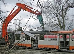 Tramschlachter (hmboo Electrician and Adventurer) Tags: junk tram recycle recycling scrap hitachi braunschweig strassenbahn gt6 bvb lhb schrott 7760 wrecker bagger zange trambahn verschrottung duewag kvg knabber einheitswagen 6xgltwer eisenschere wagen7760 bj1977 lizenzbaulhb typmannheim duewageinheitswagen