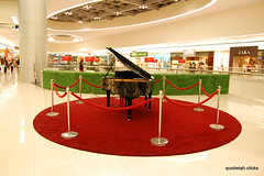 The piano (QUOBETAH) Tags: newbie moa fountains d40