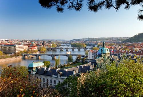 Vista de Praga y sus puentes al atardecer