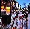 Maiko talking (RomImage) Tags: street pink girls light two woman flower smile japan night japanese nikon women kyoto asia colours maiko geisha laugh nippon kimono obi asie gion nikkor japon nocturne rire geta oiran colorphotoaward d700 manaha mameharu