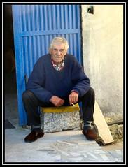 guas Frias (Chaves) - Fumando uma cigarrada na Rua Cimo de Vila (Mrio Silva) Tags: portugal chaves aldeia trsosmontes ilustrarportugal guasfrias ruacimodevila
