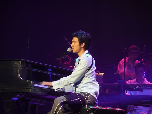 800px-Leehom_xmas_concert_at_piano