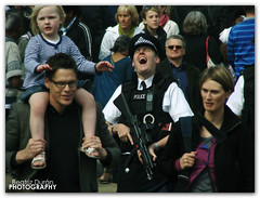 [EXPLORE] (Beatriz Durn PHOTOGRAPHY) Tags: inglaterra viaje london laughing de photography abril police escocia cambio e londres 2009 beatriz policia guardia riendo durn fzfave retofz100112 retofez100518