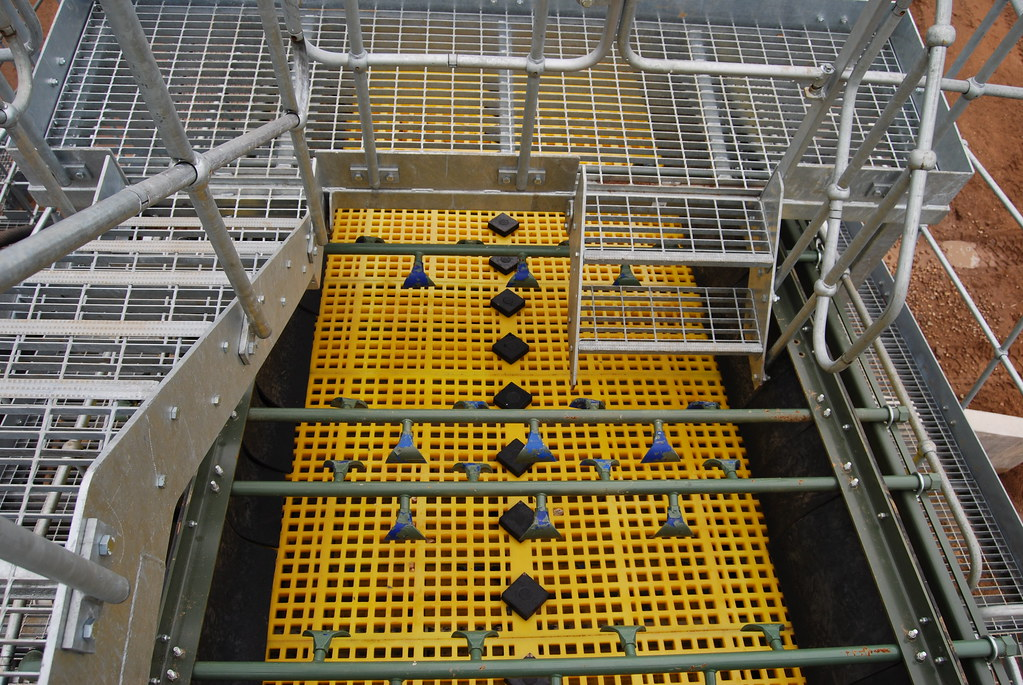 Prograde rinsing screen with polyurethane screen deck