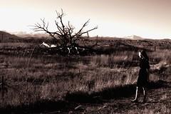 que no conoce fin (ha!photography) Tags: old selfportrait mountains girl grass rockies autoretrato spanish deadtree espanol plains fallentree blackdress haphotography quenocononcefin