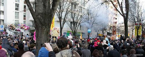 Lorsque le défilé arrive près des pétards, ils explosent de façon spectaculaire