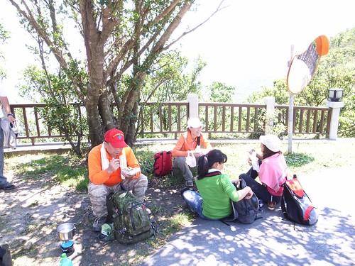 到靈鳩山旁邊休息,吃中餐