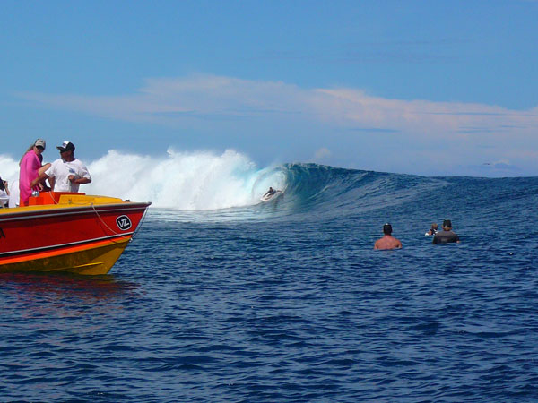 Teahupoo surfing 3