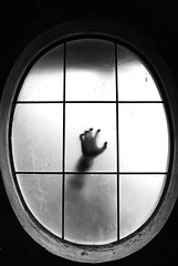 La mano della paura. (PsYkkArelly) Tags: ombra bn mano biancoenero sagoma neroamet