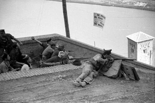 Combates en las escalerillas del Miradero de Toledo en septiembre de 1936. Fondo del Estudio Fotográfico Alfonso. Archivo General de la Administración. Ministerio de Cultura