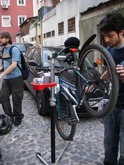 O Ricardo de volta de uma bicicleta