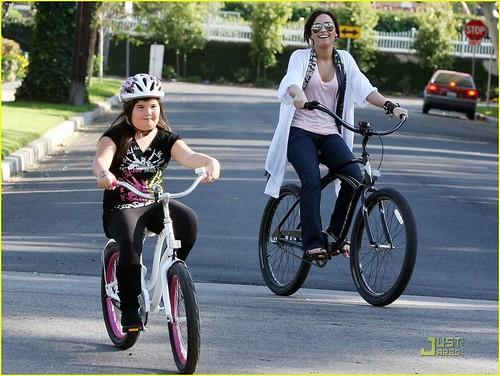 demi-lovato-madison-del-algarza-bike-ride-08