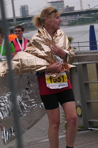 Erschöpft im Ziel des Düsseldorfer Marathons 2009